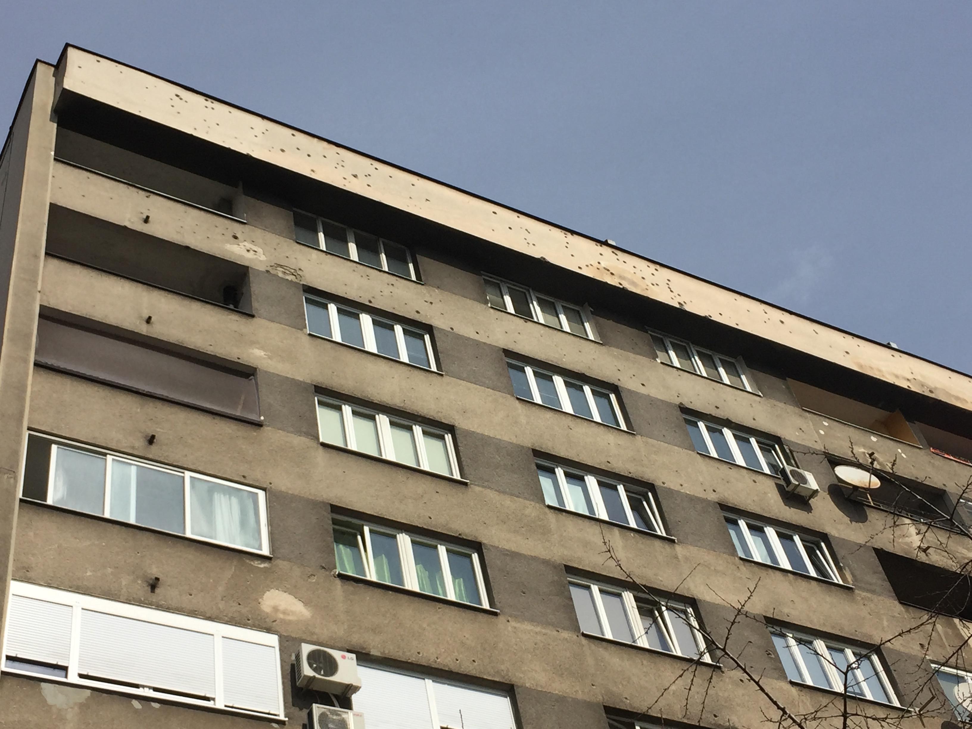 内戦の銃痕が残るアパート