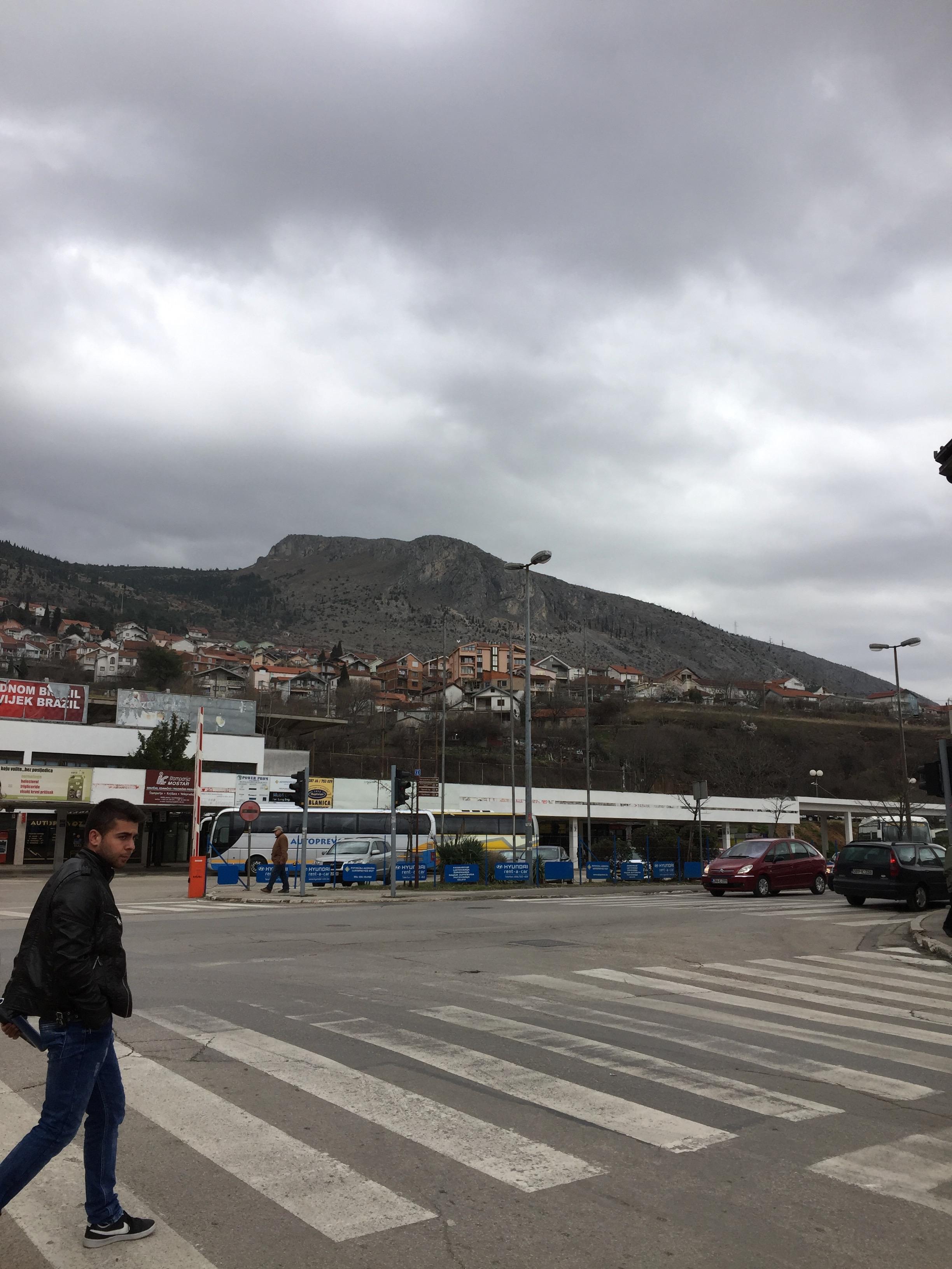 モスタルの山と通り