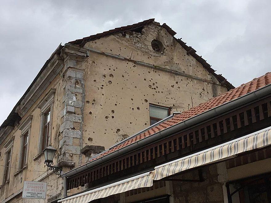内戦の銃痕がモスタルにも残っている
