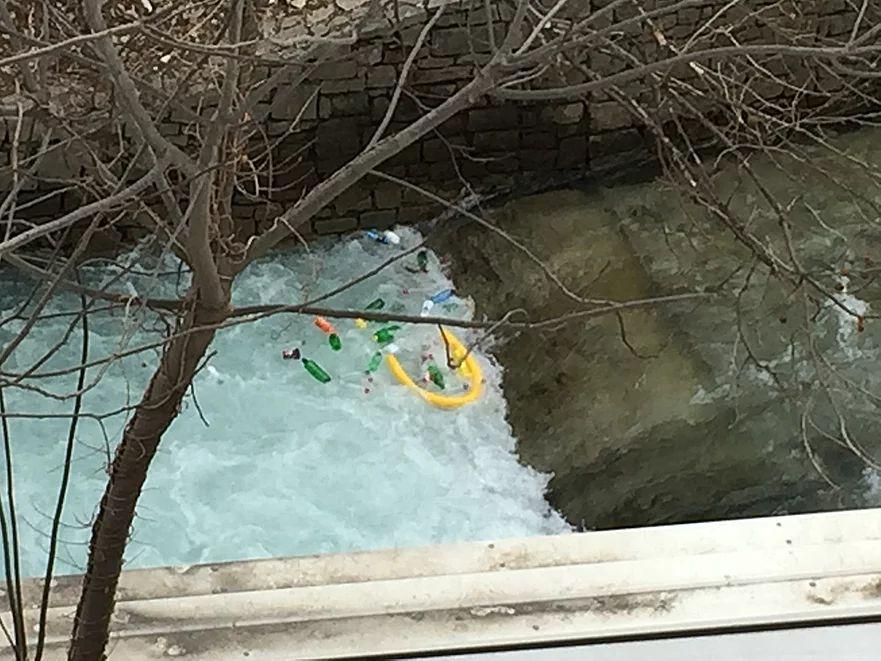 きれいな川にたまるゴミ
