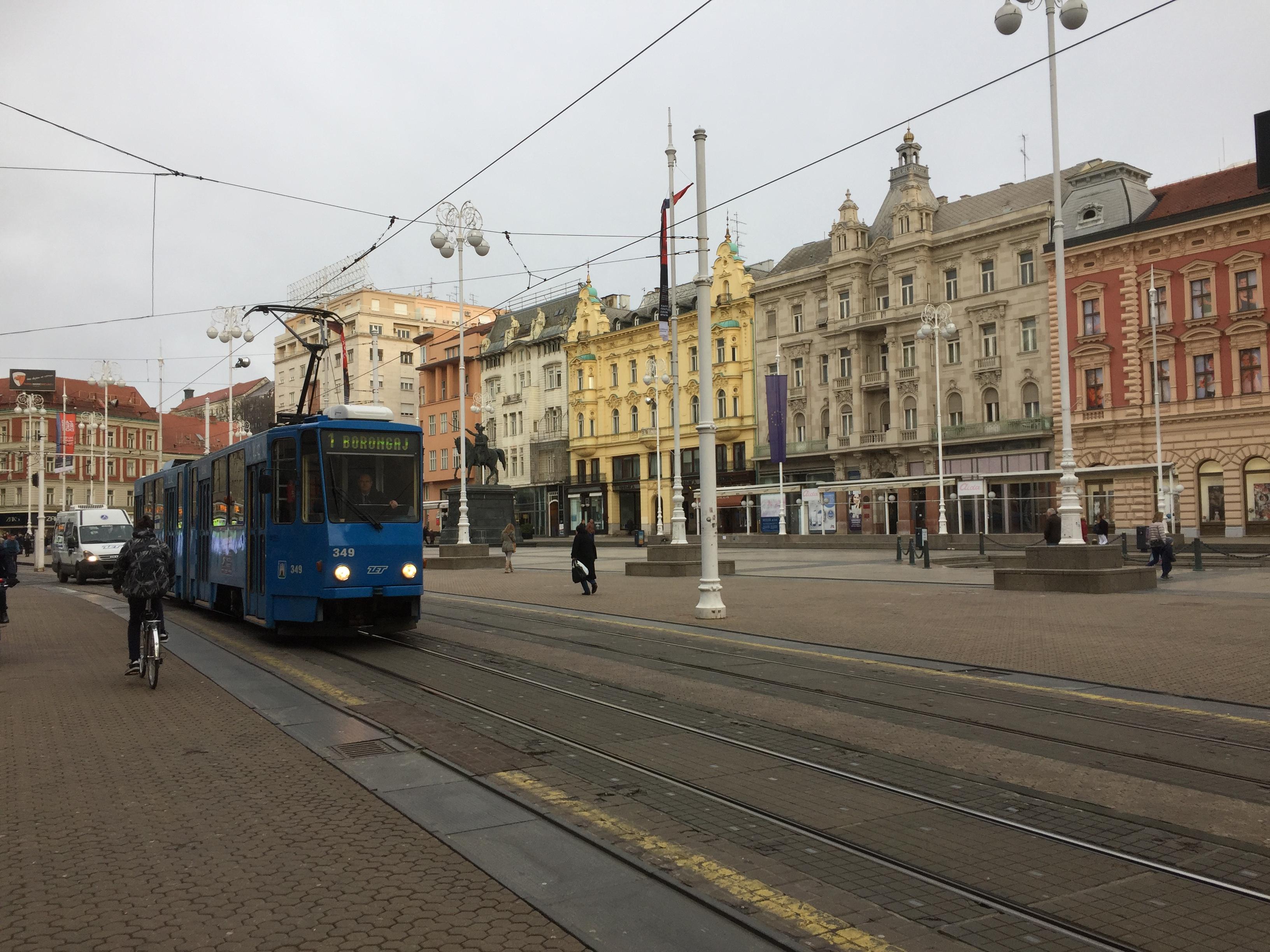 中心地に走る路面電車