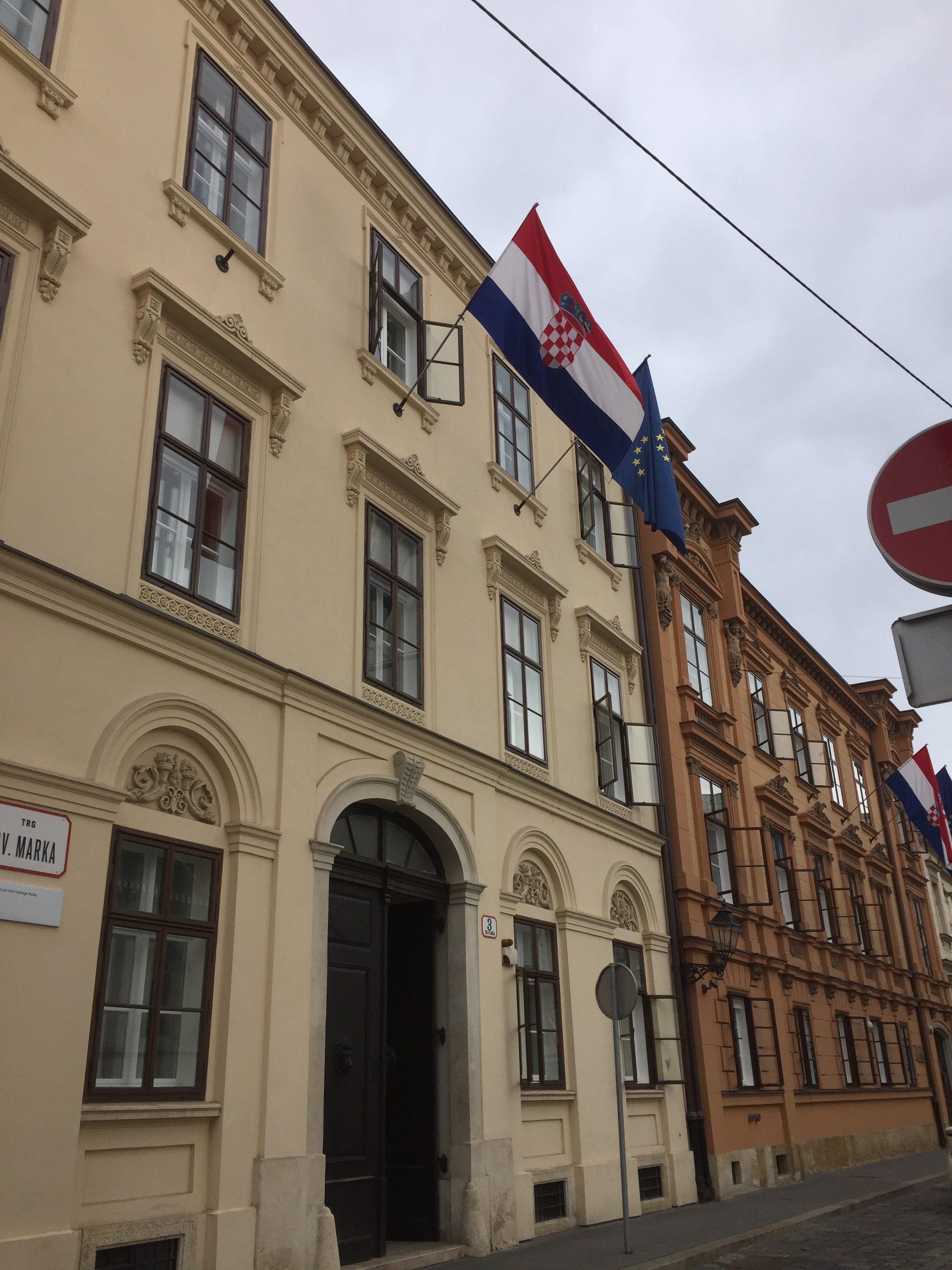 クロアチアの国旗とEUの旗