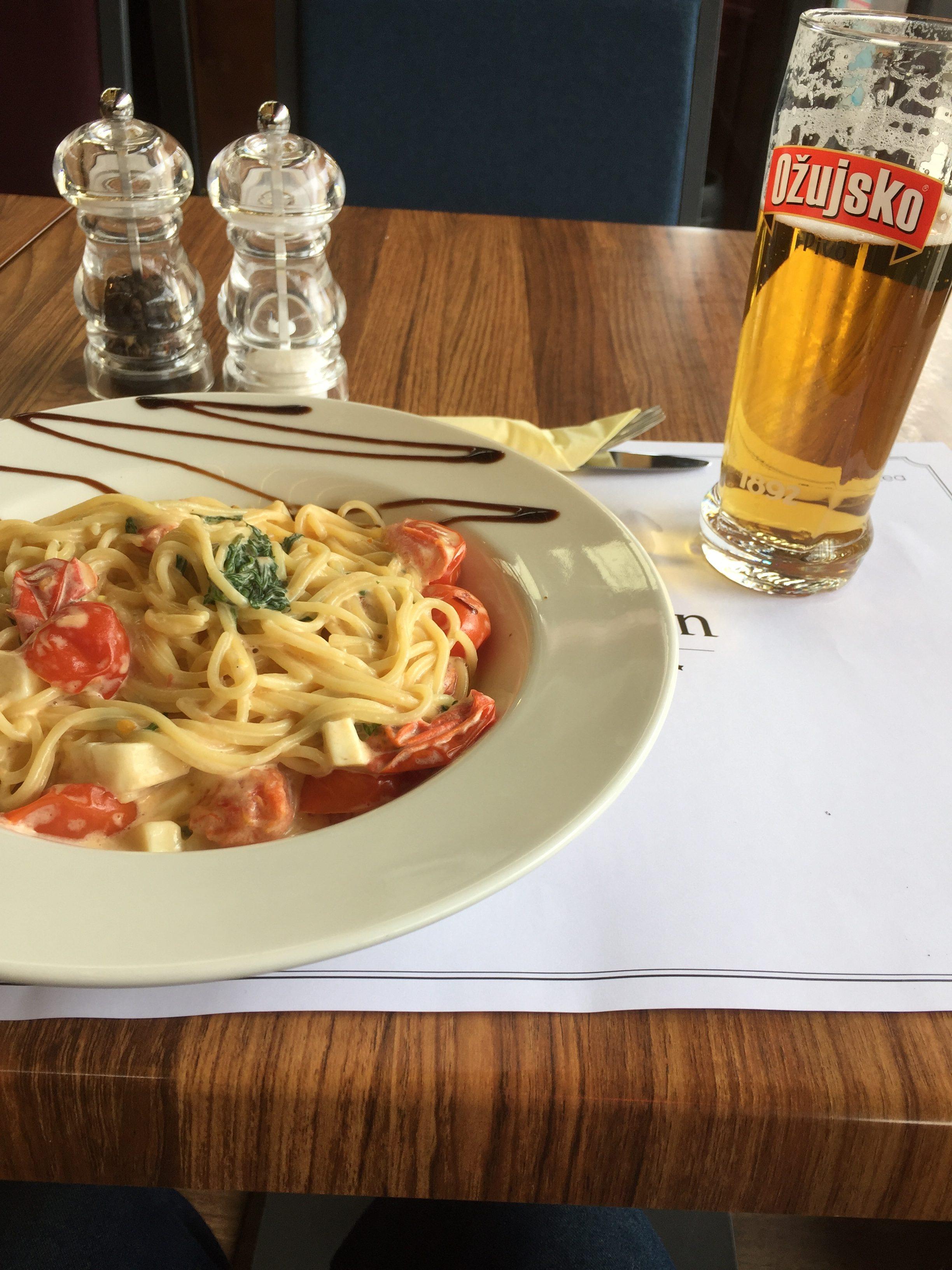 パスタと昼間からビール