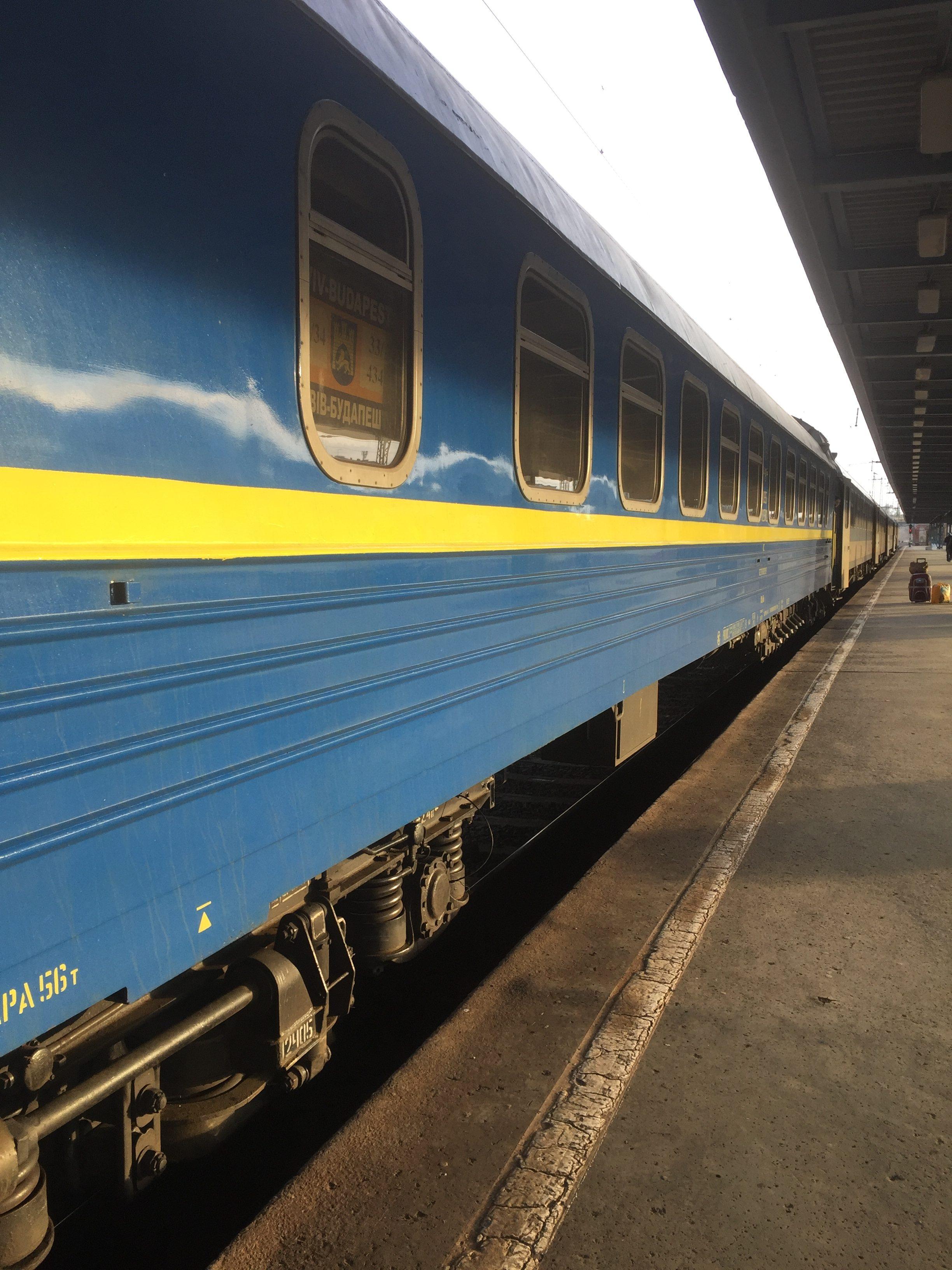 停車中の終点キエフ行きの列車