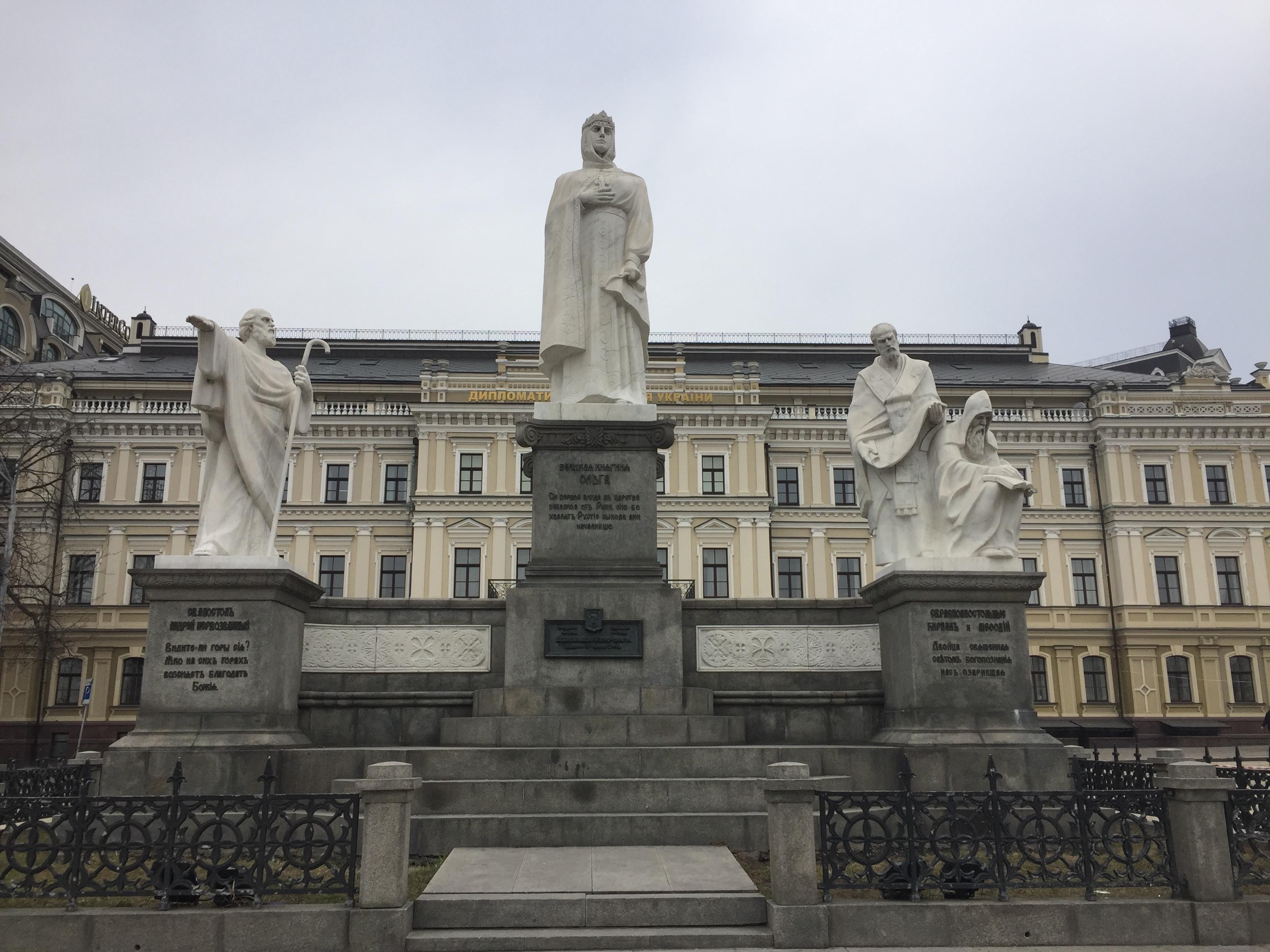 イーゴリ公、オリガ公妃、スビャトスラフの像