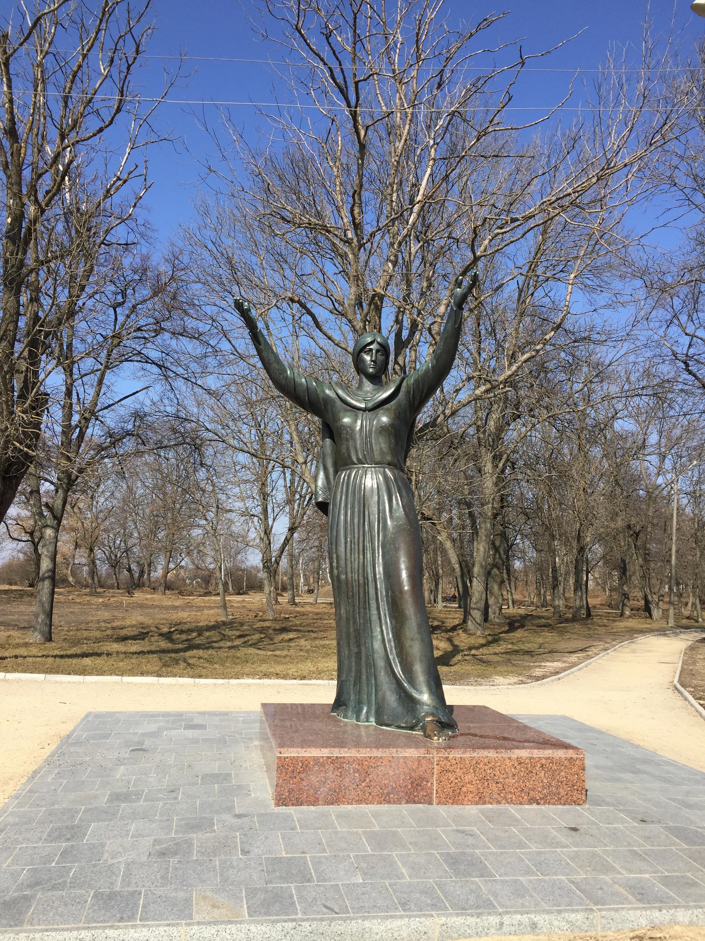 イーゴリ公の妻ヤロスラーヴァナの銅像