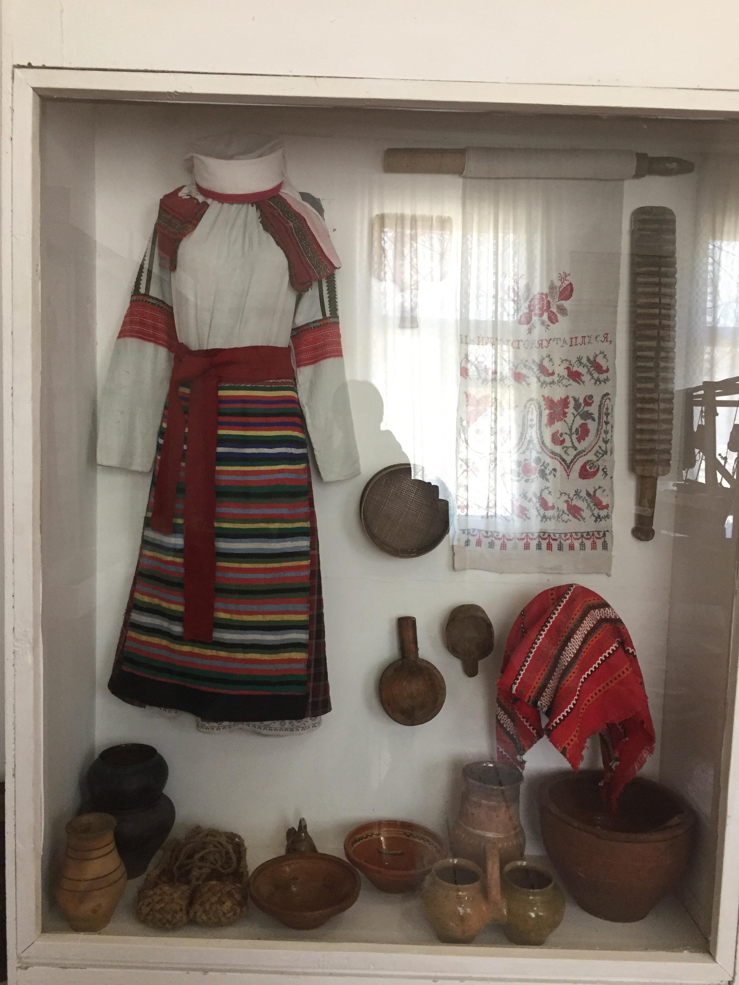 20世紀ごろの民族衣装と日用品