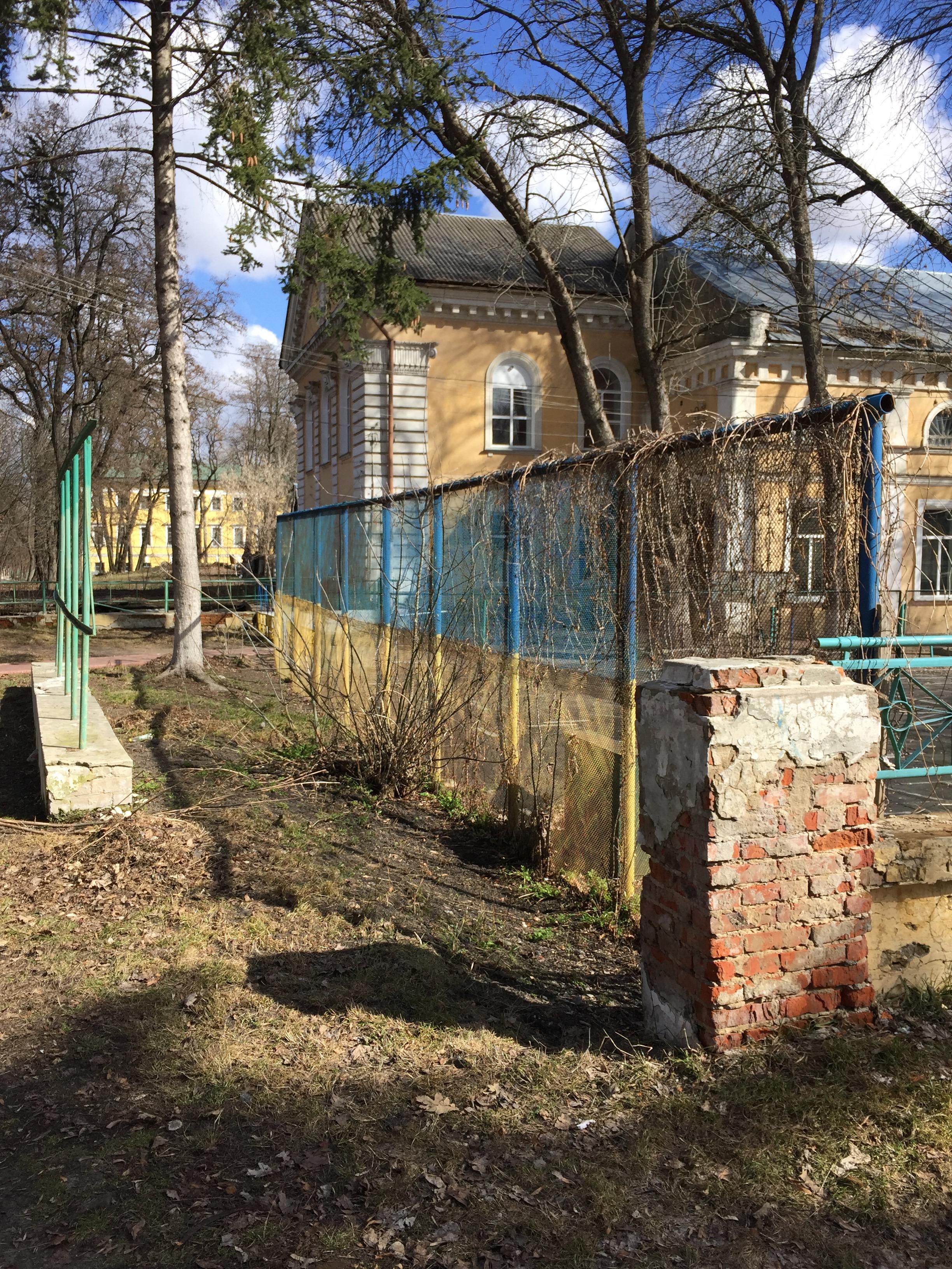 ウクライナカラーのフェンス