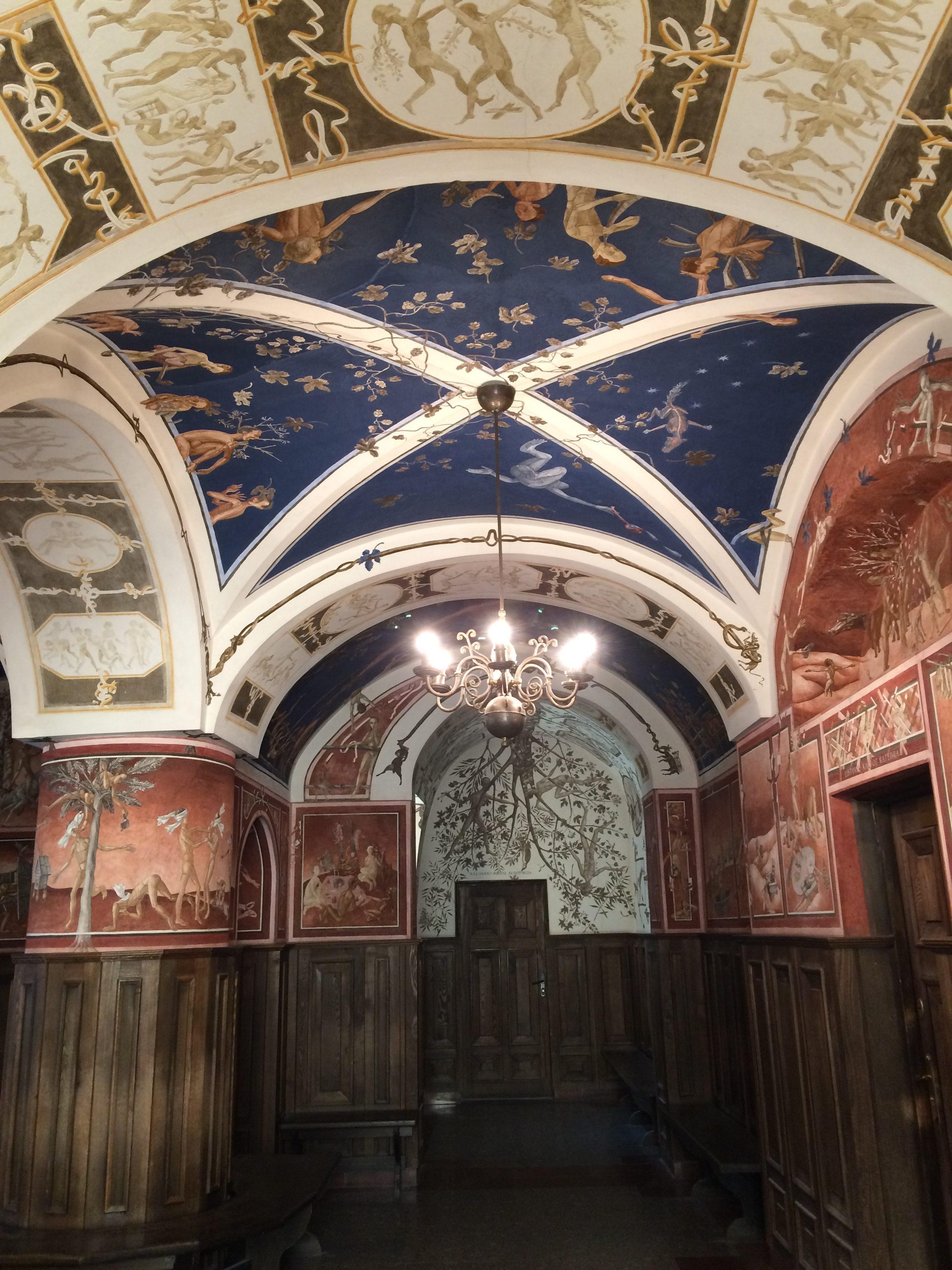 フレスコ画が描かれた大学の天井