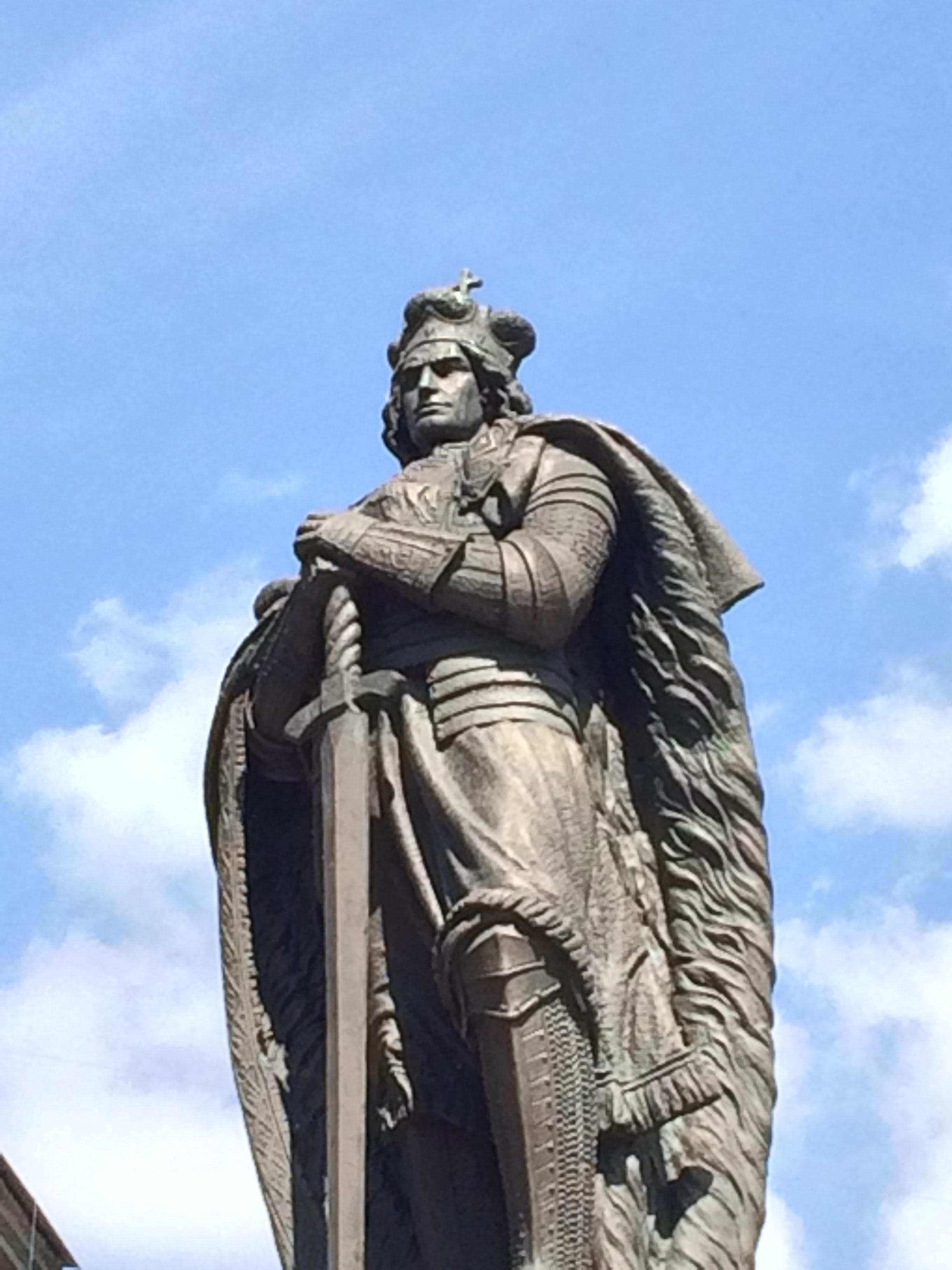 勇ましい表情が印象的なヴィタウタスの銅像