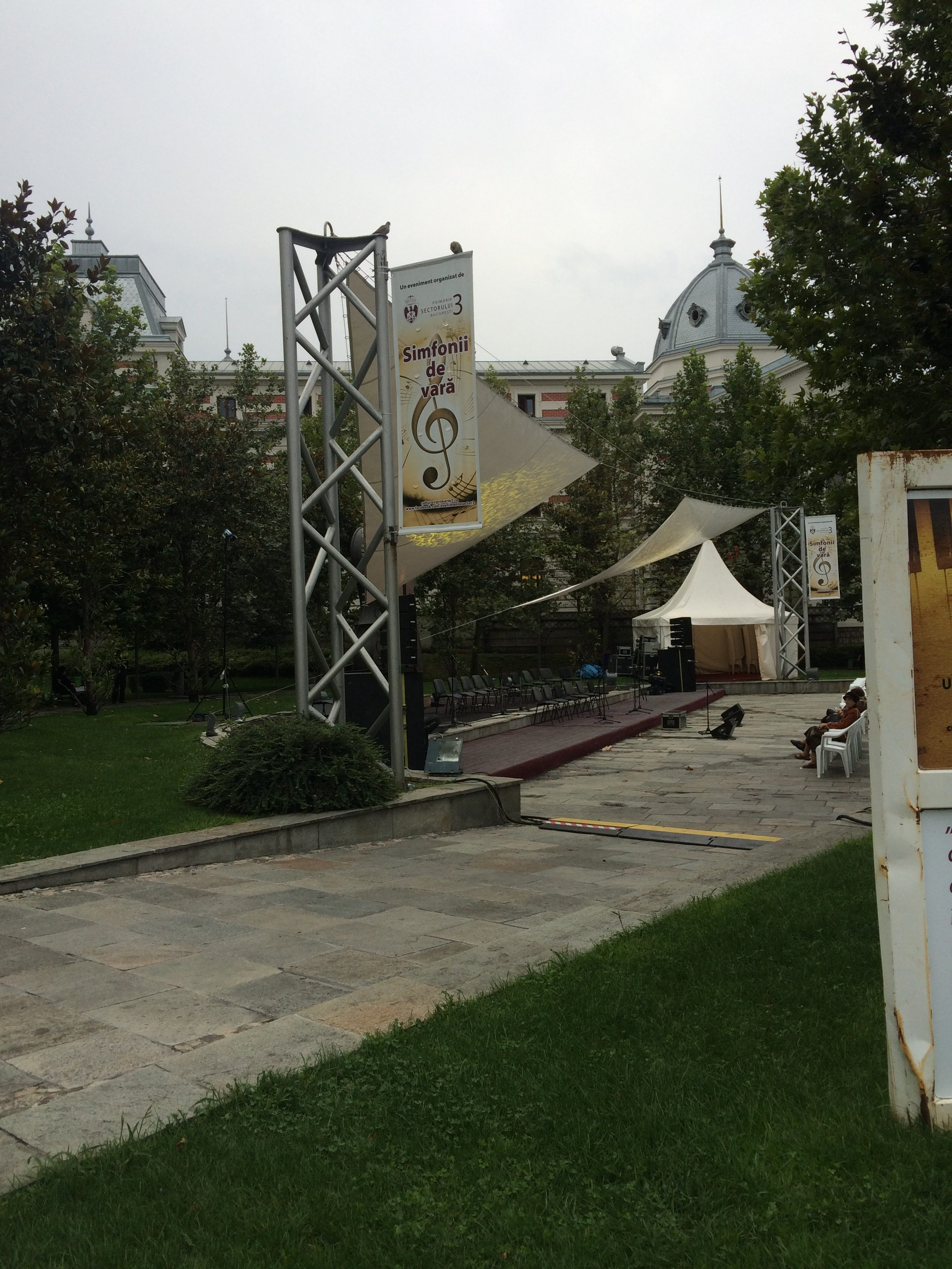 ウニベルシタテ駅前の広場