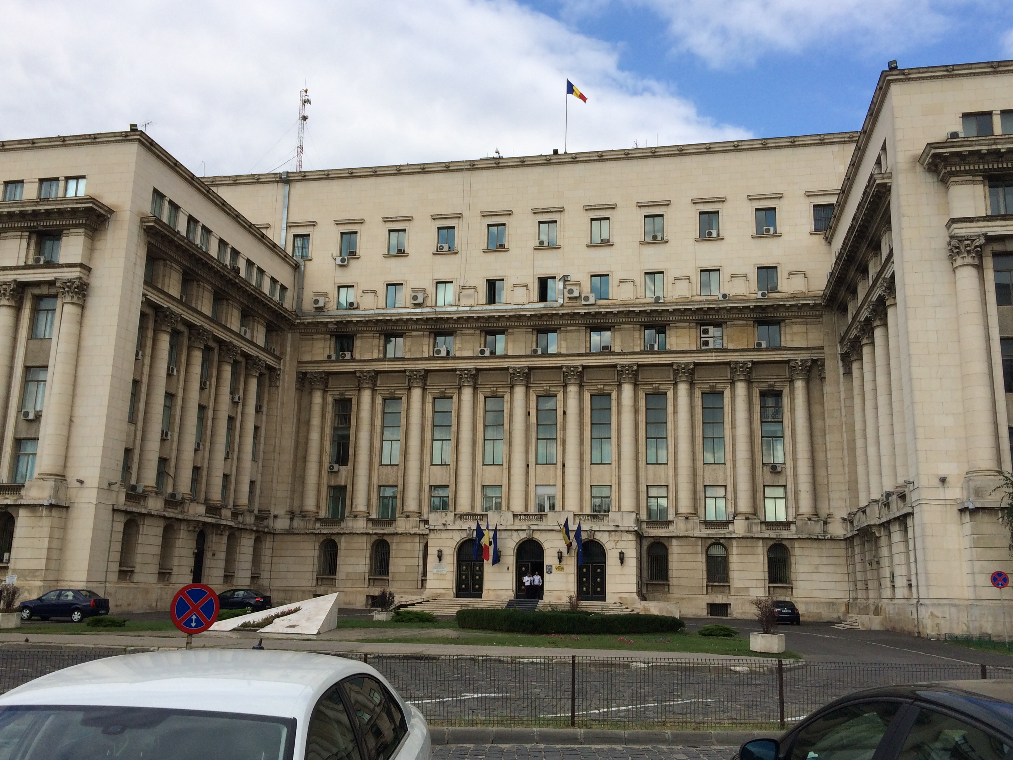 なんかの行政機関っぽい建物